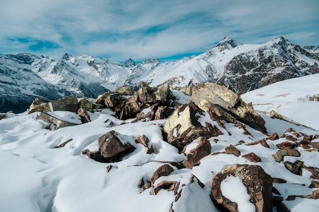 Góry dombai w zimowy krajobraz. republika karaczajo-czerkiesja, kaukaz, rosja.