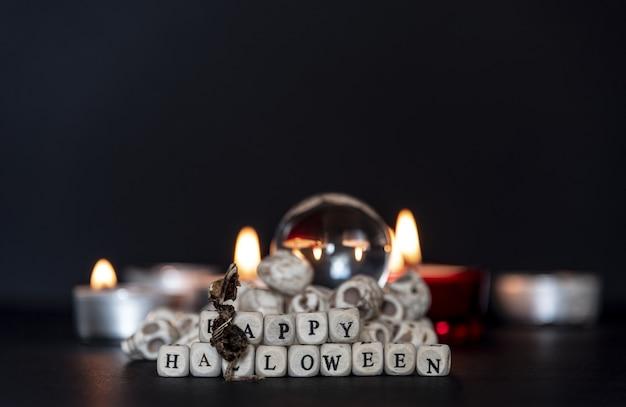 Góry dyń z okazji halloweenowej nocy ze znakiem happy halloween