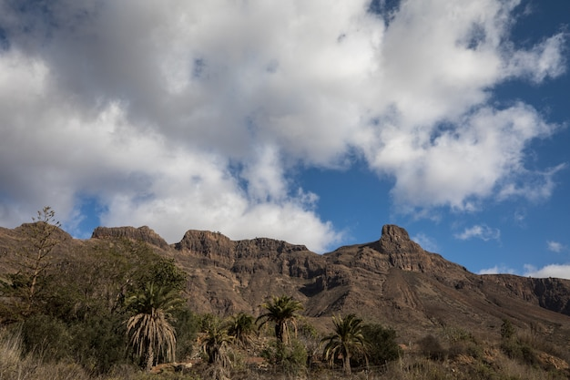 Góry i chmurny niebo w granie canaria, wyspy kanaryjska, hiszpania