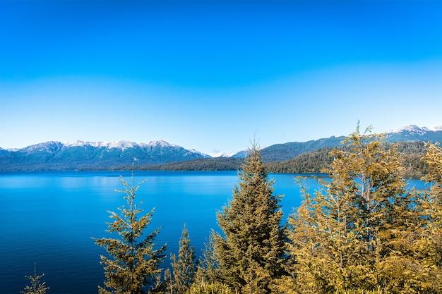 Góry i jezioro, krajobraz lato.