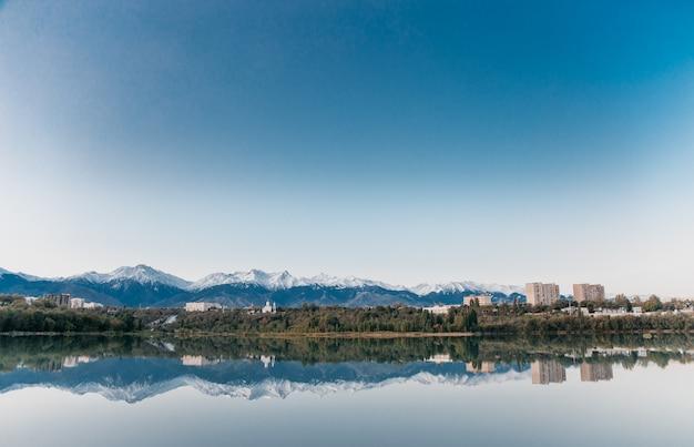 Góry i kościół znajdują odzwierciedlenie w niebieskim jeziorze
