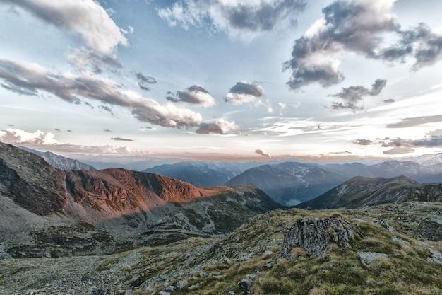 Góry i pochmurne niebo