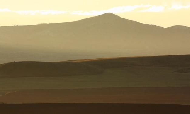 Góry i przyroda gradient jesiennych tonów ochry naturalny
