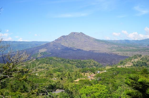 Góry i wulkan w tropikalnym lesie deszczowym.