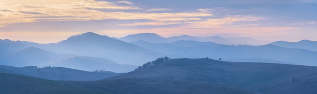 Góry i wzgórza w porannej mgle, widok panoramiczny