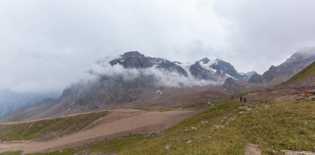 Góry kazachstanu. pochmurne góry medeu w kazachstanie, shymbulak.