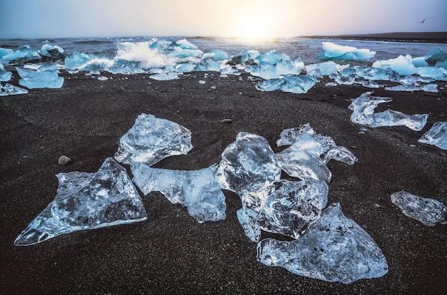 Góry lodowe na diamond beach w islandii.