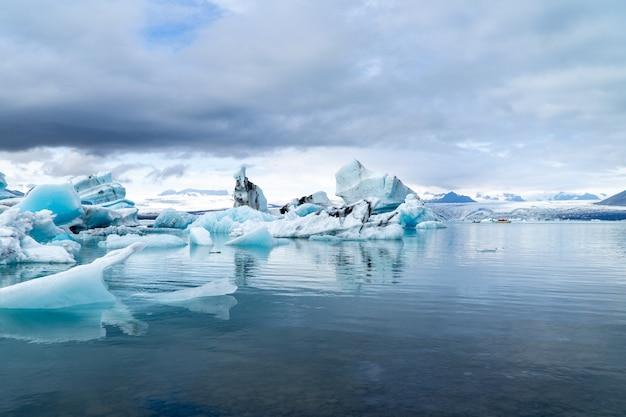 Góry lodowe pływające w dużej lagunie na islandii