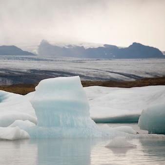 Góry lodowe pływające w oceanie