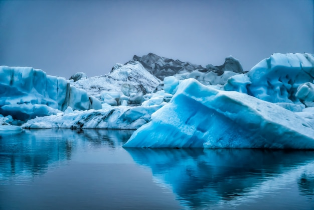 Góry lodowe w lagunie jokulsarlon na islandii.