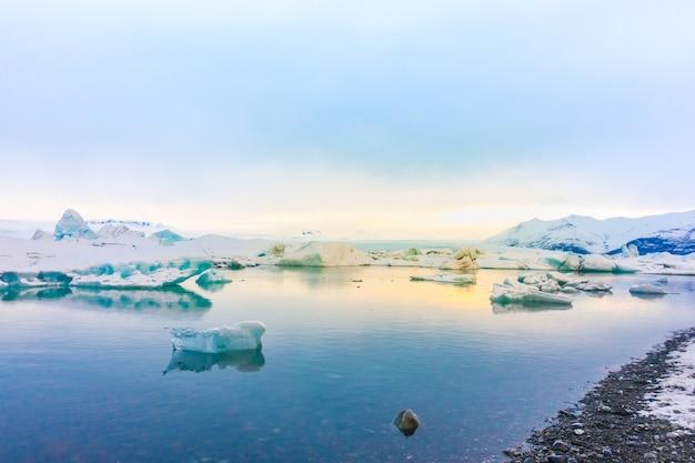 Góry lodowe w zalewie lodowcowym, islandia.