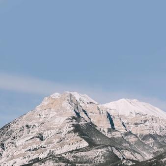 Góry na niebieskim tle nieba