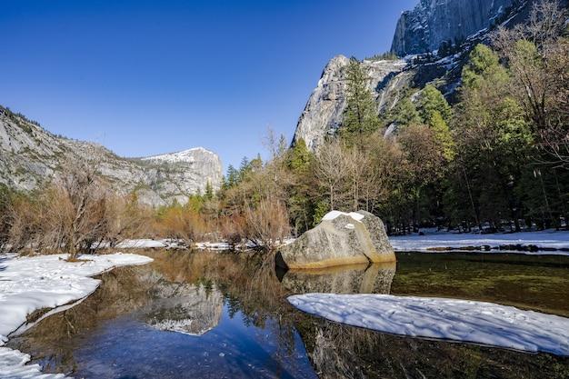 Góry otoczone lasem w parku narodowym yosemite w kalifornii