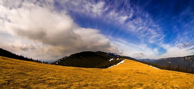 Góry panorama z dramatycznym niebem