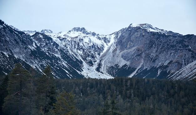 Góry pokryte śniegiem