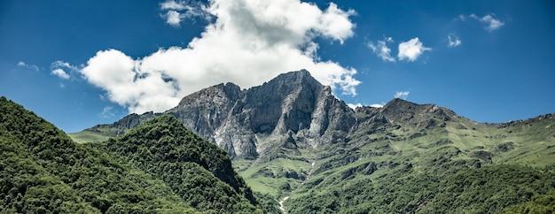 Góry porośnięte zielenią i trawą