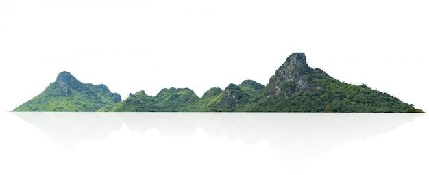Góry skała z lasem odizolowywa na bielu