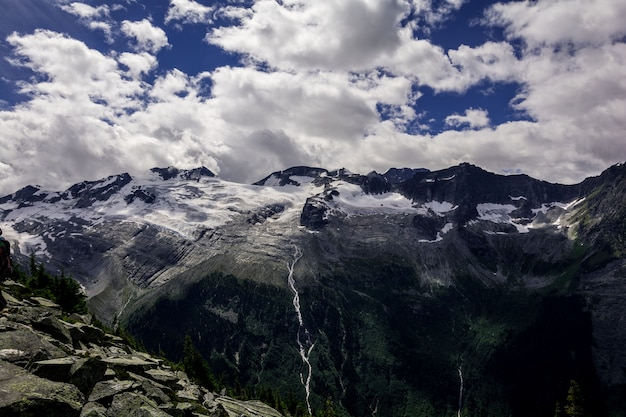 Góry skaliste. piękny widok. wysoko w górach kanady.