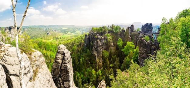 Góry skaliste, widok panoramiczny, dzika europejska przyroda. letnia turystyka i podróże, słynny punkt orientacyjny europy, popularne miejsca