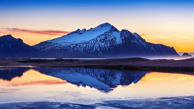 Góry vestrahorn o wschodzie słońca w stokksnes, islandia.