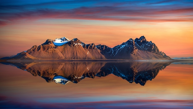 Góry vestrahorn o zachodzie słońca w stokksnes, islandia.