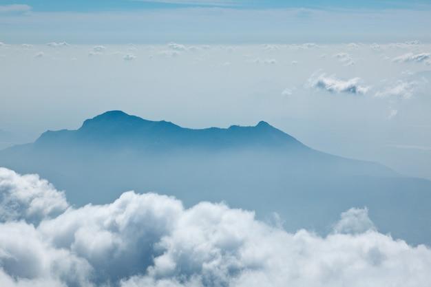Góry w chmurach. kodaikanal, tamil nadu