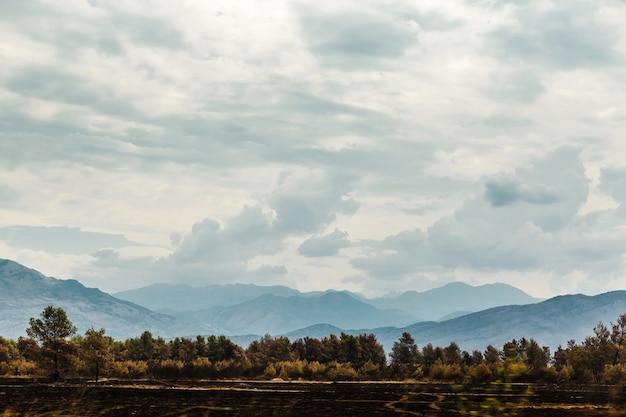 Góry w czarnogórze. krajobraz z górami, niebem i drzewami. zdjęcie na pocztówkę.