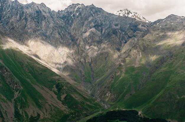 Góry w gruzji. obszar kazbegi, światło i cień.