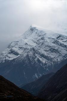Góry w nepalu z chmurami na niebie, annapurna obwodu trekking trasa w himalaje