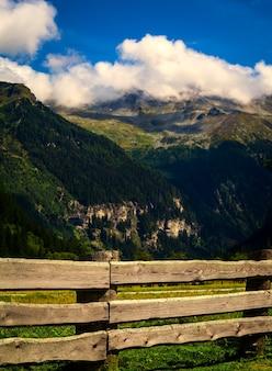 Góry w parku narodowym hohe tauern w alpach w austrii. tła
