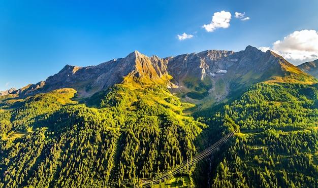 Góry w pobliżu przełęczy świętego gotarda w alpach szwajcarskich