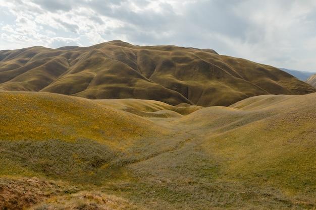 Góry w pobliżu zbiornika toktogul, zbiornik na terytorium dystryktu toktogul w regionie jalal-abad w kirgistanie