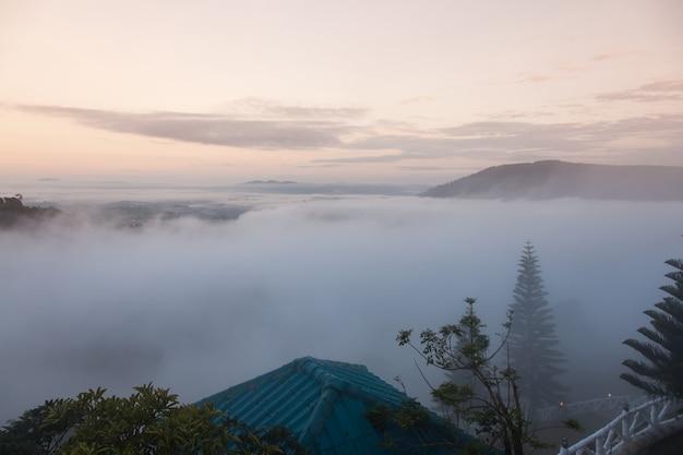 Góry w porannej mgle