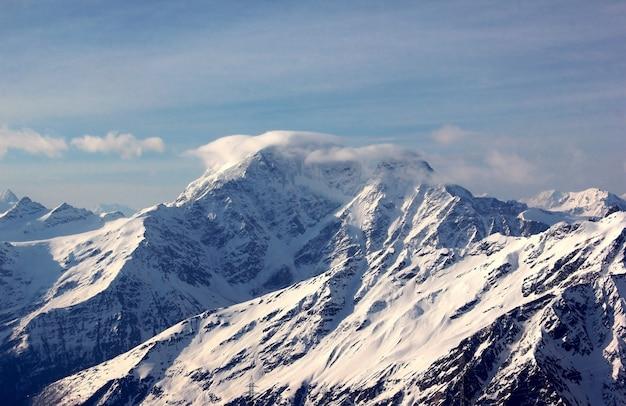Góry w śnieżnym krajobrazie