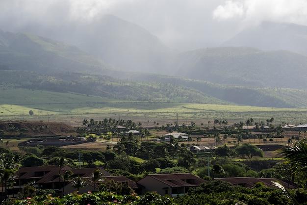 Góry West Maui W Pochmurnej Mgle Premium Zdjęcia