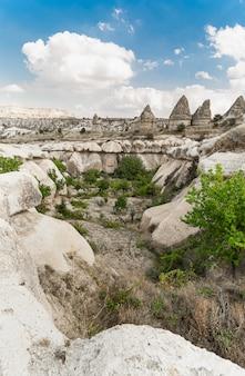 Góry wulkaniczne w parku narodowym göreme, w prowincji nevsehir w regionie centralnej anatolii w kapadocji