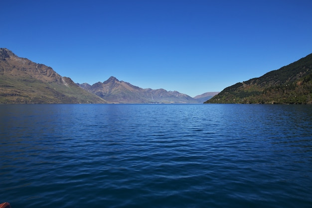 Góry wzdłuż zatoki blisko queenstown, nowa zelandia