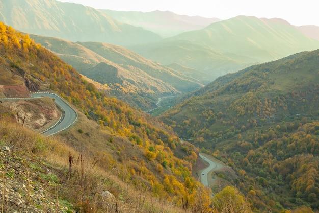 Góry z drogami o zachodzie słońca