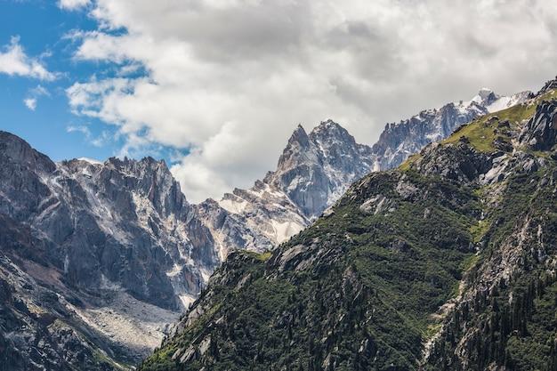 Góry z śniegu na szczytach