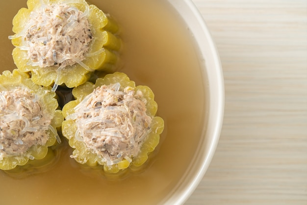 Gorzka tykwa faszerowana sezonowaną mieloną wieprzowiną i miską zupy wermiszelowej