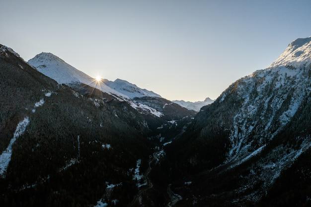 Górzysta zimowa sceneria pod jasnym niebem w sainte-foy-tarentaise, francuski alp