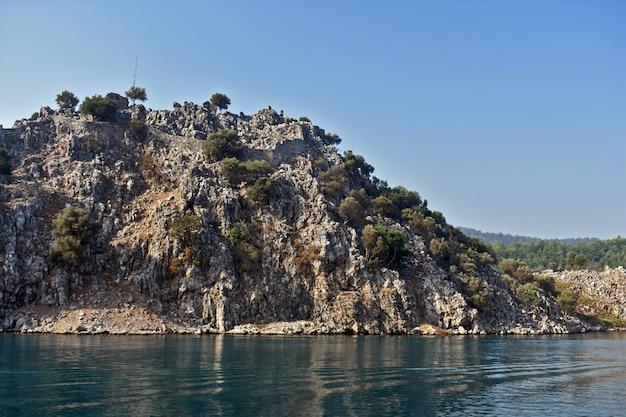 Górzysty krajobraz na wybrzeżu morza egejskiego