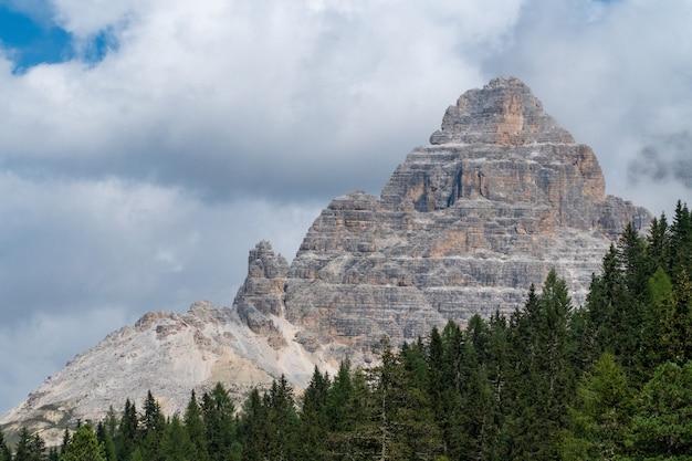 Górzysty krajobraz w parku przyrody three peaks we włoszech