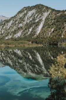 Górzysty krajobraz z jeziorem odzwierciedlającym całą scenerię