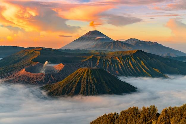 Górzysty krajobraz z mgłą
