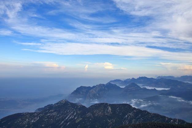 Górzysty obszar śródziemnomorskiego wybrzeża turcji o zmierzchu