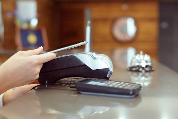 Gość w recepcji płacący czekiem podczas zameldowania
