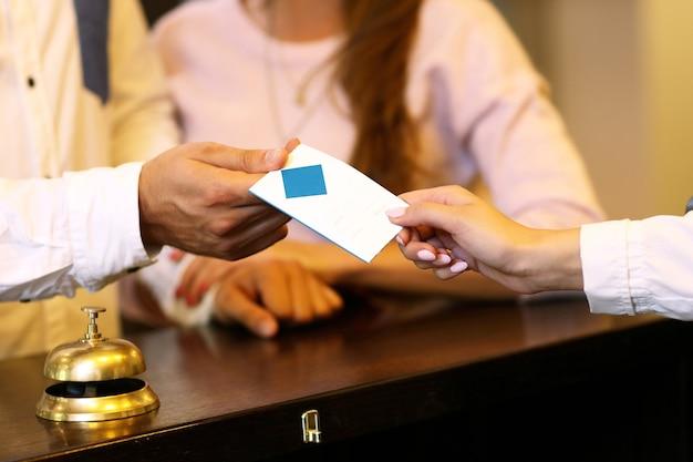 Goście dostają kluczową kartę w hotelu