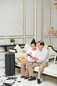 Goście hotelowi w holu hotelowym