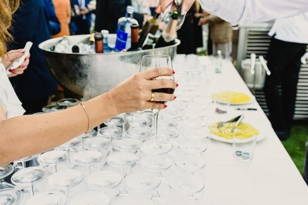 Goście wypić drinka na imprezie biznesowej